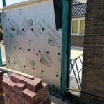 Metselen van de muren van de aanbouw